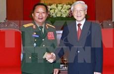 越南党和国家领导人会见老挝国防部长