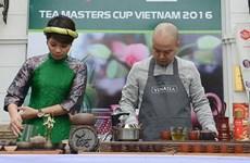 游客在步行街空间品尝越南茶(组图)