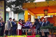 国家主席陈大光在生龙皇城遗迹区上香