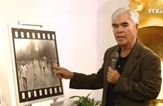 摄影家黄功吾向越南妇女博物馆赠送照片和实物