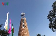 乂安省人民使用6000多个土锅制作圣诞树