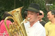 德国著名管乐队向河内音乐爱好者介绍德国音乐