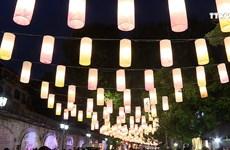 首都河内冯兴壁画街灯笼高挂迎中秋