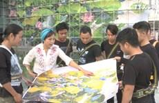 阮秋水画家继续设计巨型壁画作品