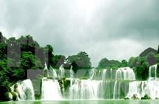 成千上万游客踊跃参加高平省重庆县板约瀑布旅游节