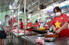 组图:岘港小商贩穿国旗杉  传递出岘港努力抗击疫情的信息