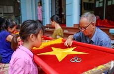 组图:70年缝制国旗的慈云村以传统刺绣和纺织产品而闻名
