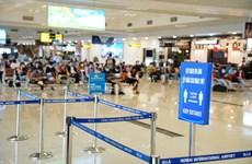 组图:放宽保持社会距离措施之后 在内排国际机场办理手续的旅客需要严格遵守防疫规定