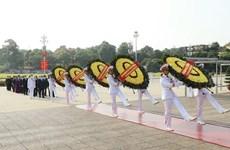 组图:越南党和国家领导拜谒胡志明主席陵