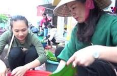 乂安省居民为洪水灾民包粽子
