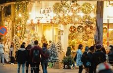 组图:圣诞节即将来临 首都河内年轻人纷纷涌来行马街拍照留念