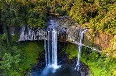 组图:燕穴瀑布悬泉奔腾不息,壮观景象让人震撼