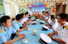 越南海军第二区司令部代表团春节前走访慰问昆岛县590雷达站干部战士(组图)