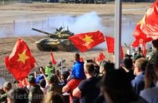 组图:越南坦克赛队在国际军事比赛半决赛进行比赛