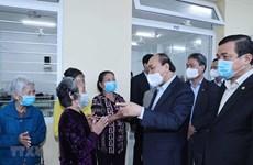 越南政府总理阮春福看望慰问广南省社会保护中心孤儿和老人