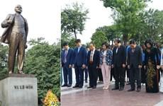河内市领导代表团向列宁塑像敬献鲜花