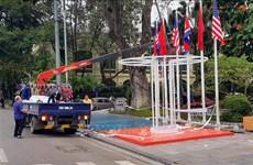 美朝领导人第二次会晤:河内市各条街道悬挂两国国旗