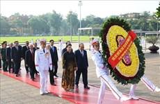 胡志明主席诞辰129周年: 党和国家领导人拜谒胡志明陵墓并敬献花圈(组图)