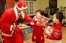扮圣诞老人给小朋友送礼物的服务广受欢迎