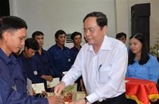 越南祖国阵线中央委员会主席向安江省贫困工人和劳动者发放年礼