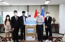 越南驻韩国大使馆向旅居韩国越南人赠送2.5万只口罩