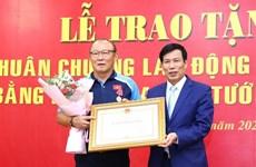 越南国家男子足球队主教练朴恒绪荣获二级劳动勋章