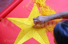 组图:九•二国庆节前夕 一家三代人忙着生产手绣国旗