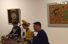 越南向俄罗斯人民介绍越南磨漆画