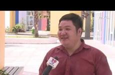 为岘港市少先队负责人点燃热情之火的中年老师
