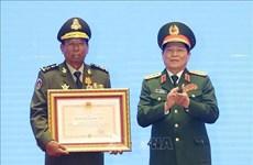 越老柬国防部领导和各集体及个人荣获三国的勋章