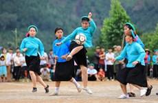 组图:来广宁省平辽县看山泽族女性同胞踢足球