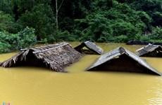 越南政府发放物资帮助台风灾区民众开展灾后清理整修复产工作