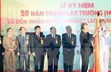 越南政府总理阮春福出席河内经营与技术大学成立20周年纪念典礼