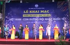 """""""越南—融入国际之路"""" 图片资料展在河内举行"""