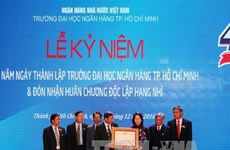 国家副主席邓氏玉盛出席胡志明市银行大学建校40周年纪念典礼