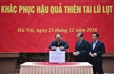 越南政府领导为中部灾区人民捐款