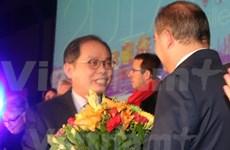 越南驻法大使阮玉山荣获法国舒瓦西勒鲁瓦市纪念章