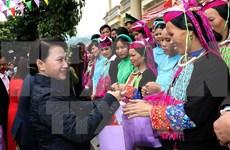 国会主席阮氏金银春节前走访慰问广宁省武装部队及困难群众