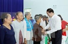 陈大光主席向安江省人民和武装力量拜年