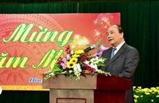 越南政府总理阮春福与越南中部各省市和部委机构领导人举行见面会