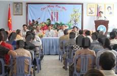 Viettel旗下美方移动通信公司向旅居柬埔寨越侨贫困家庭赠送慰问品
