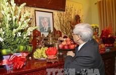 阮富仲总书记敬香缅怀已故总书记黎笋 向100岁大寿的原总书记杜梅祝寿