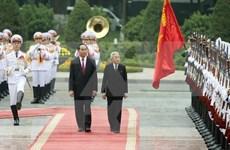 越南国家主席陈大光举行仪式欢迎日本天皇明仁和皇后访问越南