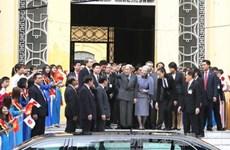 日本天皇和皇后参观保留由他赠送的白色虾虎鱼标本的生物学博物馆