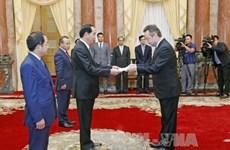 越南国家主席陈大光接受六国大使递交的国书