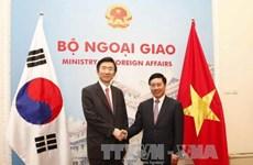 越南政府副总理兼外长范平明与韩国外长尹炳世举行会谈