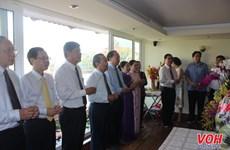 胡志明市领导向已故越共中央总书记黎笋敬香