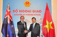 越南政府副总理兼外交部长范平明与新西兰外交部长默里·麦卡利举行会谈
