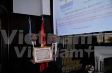 阿根廷前驻越南大使荣获越南国家主席的友谊勋章