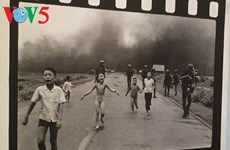 摄影师黄功吾向越南妇女博物馆捐赠《战火中的女孩》